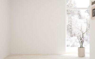 Comment créer une ambiance déco chaleureuse avec des murs blancs ?
